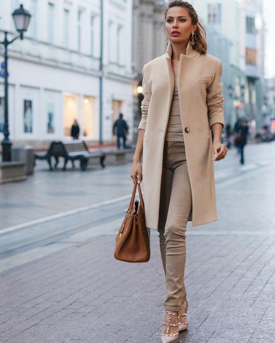 с чем сочетать пудровое пальто