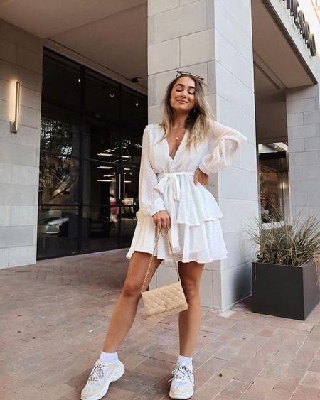 сочетание платья и кроссовок