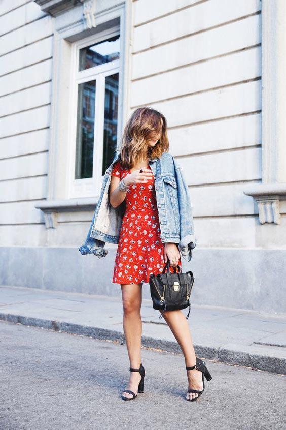 Красное платье с джинсовкой и босоножками