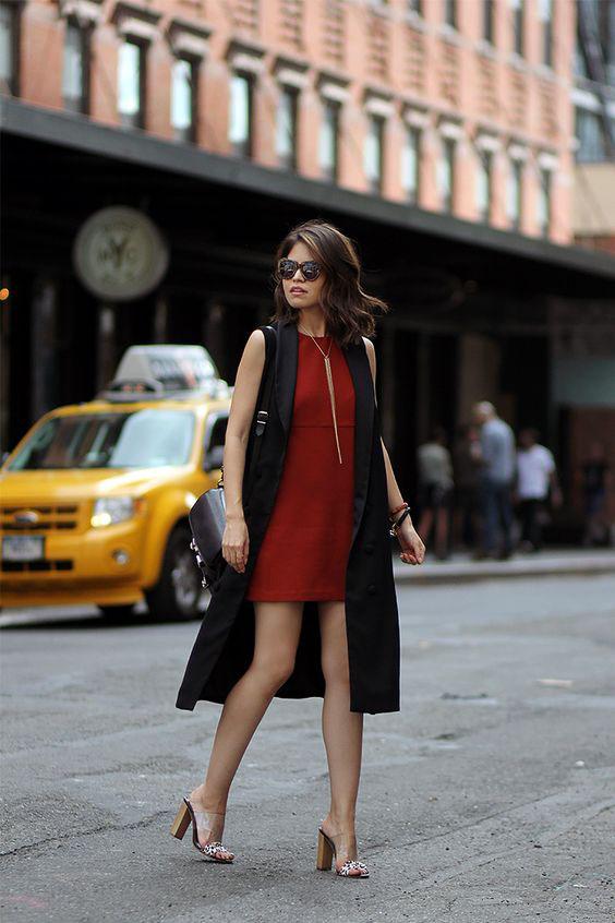 Красное платье трапеция с удлиненным жилетом