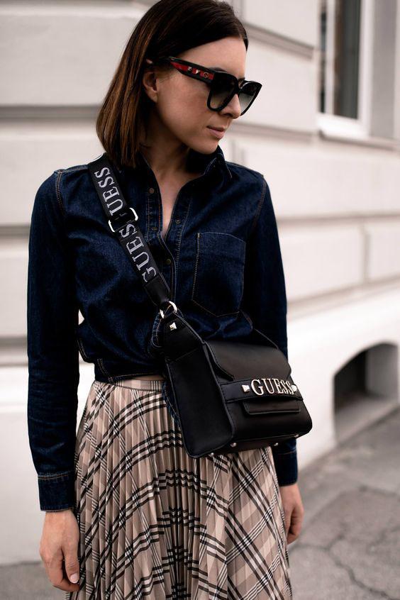 Чёрная сумка на длинном ремешке